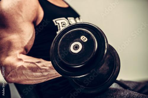 obraz PCV Hnadsome młody człowiek pracuje obecnie z hantlami w fitness - Powe