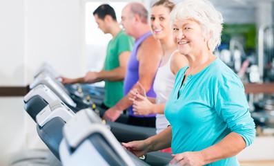 Gruppe mit Senioren bei Laufband Fitness Sport
