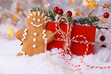 Fröhlicher Lebkuchenmann mit Weihnachtsgeschenk