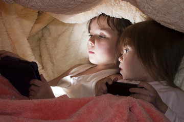 Дети вместо сна играют в электронные игры под одеялом