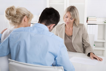 Junges Ehepaar: Kunde und Berater in einer Besprechung