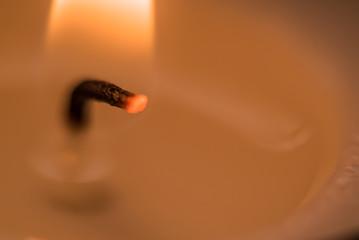 燃えるロウソクの芯