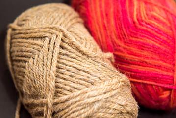 茶色と赤の毛糸