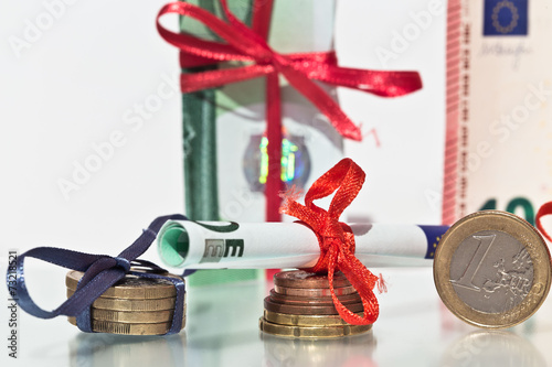 geld als geschenk geldgeschenke zu weihnachten stock. Black Bedroom Furniture Sets. Home Design Ideas