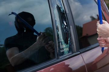 Car robber with crowbar
