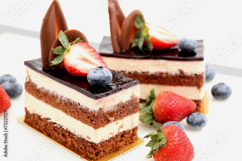 Spoed canvasdoek 2cm dik Dessert chocolate cake with strawberry