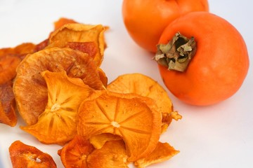 Organic dried persimmon slices, fresh persimmon