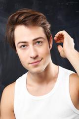 Portret przystojnego  młodego chłopaka