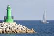 barcha a vela costeggiano il faro