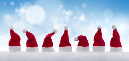 Weihnachtsmützen vor Blau