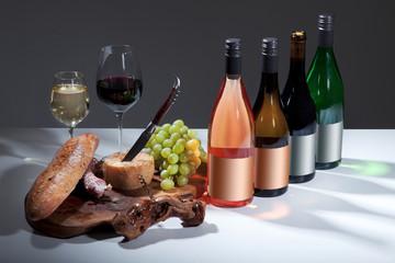 Verschiedene Weinsorten mit Brotzeit Teller