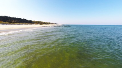 lot nad spokojnym morzem, ujęcie z powietrza