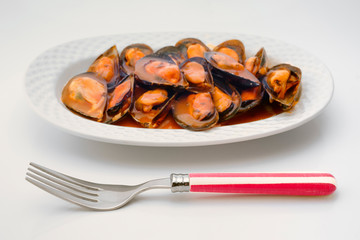 mussels in sauce pan over