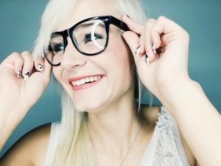 Hübsche junge Frau lacht