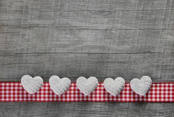 Holz Hintergrund mit weiß roten karierten Herzen zum Valentin