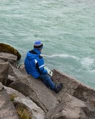 Junge mit Wanderkarte am Flussufer