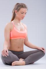 Mädchen konzentriert sich beim Yoga