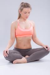 Mädchen macht konzentriert Yoga
