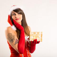 Weihnachtsfrau mit Weihnachtsgeschenk