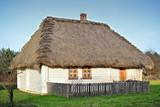Stary drewniany dom kryty strzechą