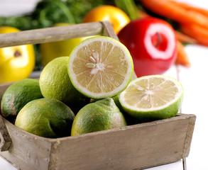 limoni ed altra futta sullo sfondo