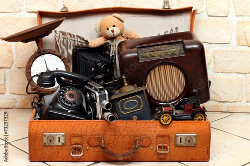 Leinwandbild Motiv antiker Koffer voll mit antiken Gegenständen