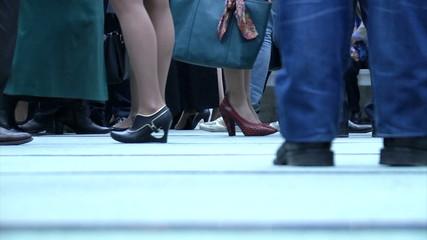 ноги людей(в обуви) на вечеринке