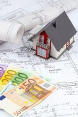 Hausplan mit Euro-Geldscheinen