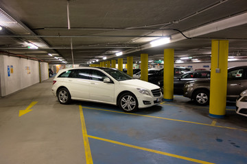 Auto schlecht geparkt in Parkhaus