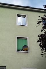 Parabolantenne an Hausfassade