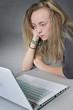 jeune fille sur ordinateur