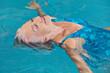 Seniorin bei Entspannung im Schwimmbad - 73264558