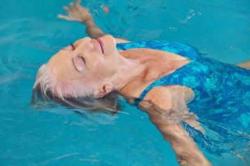 Seniorin bei Entspannung im Schwimmbad
