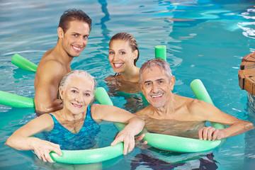 Gruppe mit Paar und Senioren im Schwimmbad