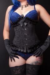 Jeune femme corset et lingerie bleue