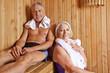 Paar Senioren schwitzt in Sauna