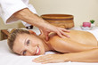 Frau bekommt Massage im Day Spa