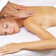 Frau bekommt Thai Massage im Day Spa