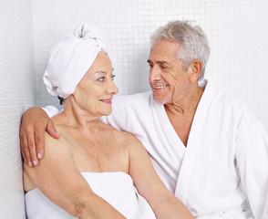 Paar Senioren sitzt im Spa im Urlaub