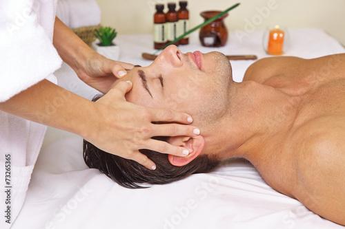 Leinwanddruck Bild Mann im Spa bekommt Massage am Kopf