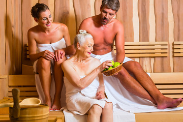 Renterin und Paar schwitzt in Saune