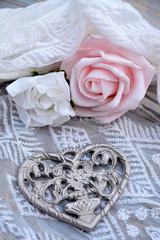 Decoratie van roosjes en een metalen hart