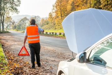 Autopanne, Fahrer holt Hilfe und stellt Warndreieck auf