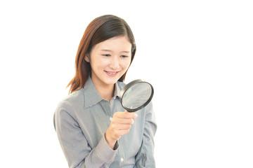 拡大鏡を持つ女性