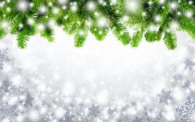 Tannenzweige und Schneeflocken