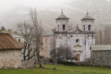 Catedral de la Montaña. Lois, León.