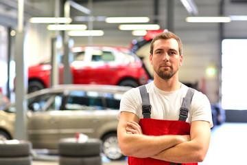 erfolgreicher KFZ Mechaniker in einer Autowerkstatt