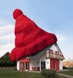 Haus mit einer roten Wollmütze