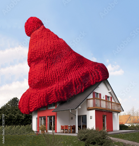 canvas print picture Haus mit einer roten Wollmütze