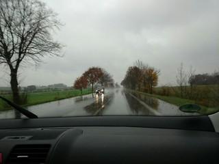Im Auto fahren bei Regen im November